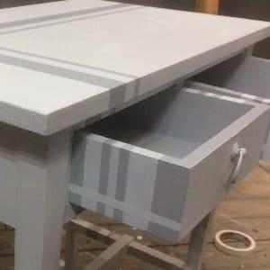 MOB.012 Tavolino in legno con cassetti