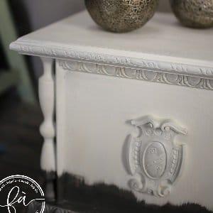 MOB.037 Cassapanca bianca e argento con decori in rilievo